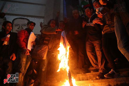 صور الصحفيون يحرقون علم إسرائيل خلال وقفة احتجاجية (32)