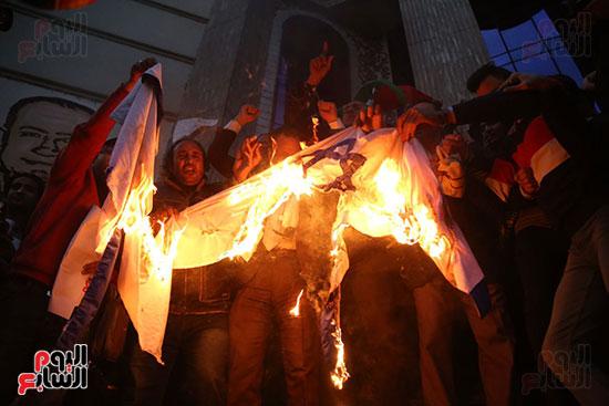 صور الصحفيون يحرقون علم إسرائيل خلال وقفة احتجاجية (17)