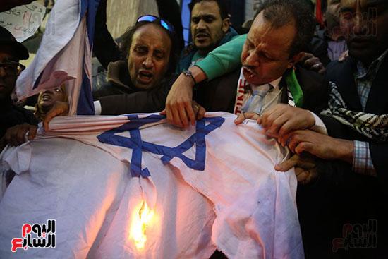 صور الصحفيون يحرقون علم إسرائيل خلال وقفة احتجاجية (18)