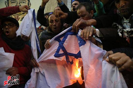 صور الصحفيون يحرقون علم إسرائيل خلال وقفة احتجاجية (19)