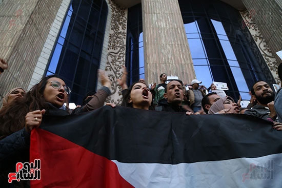 صور الصحفيون يحرقون علم إسرائيل خلال وقفة احتجاجية (26)