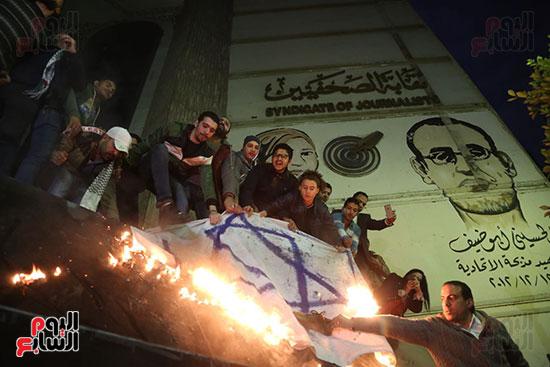صور الصحفيون يحرقون علم إسرائيل خلال وقفة احتجاجية (3)