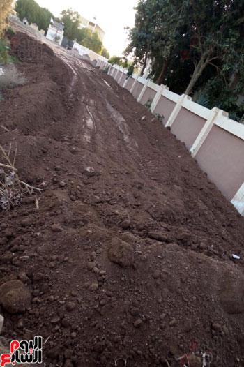 السواتر الترابية غارقة بالمياه الملوثة