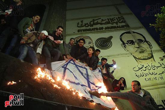 صور الصحفيون يحرقون علم إسرائيل خلال وقفة احتجاجية (1)
