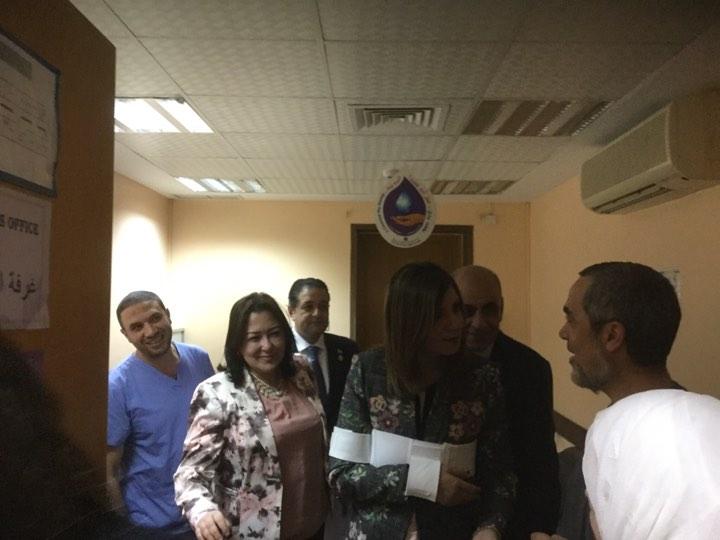 وزيرة الهجرة تطئن على حالة المصرى المصاب بالكويت (2)