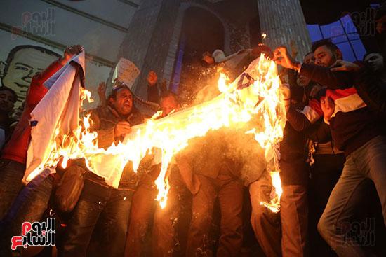 صور الصحفيون يحرقون علم إسرائيل خلال وقفة احتجاجية (33)