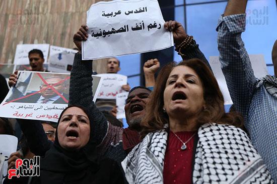 صور الصحفيون يحرقون علم إسرائيل خلال وقفة احتجاجية (30)