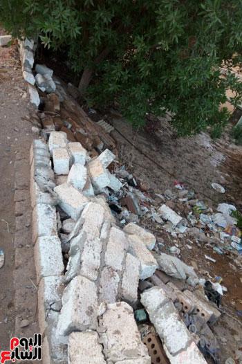 انهيار أحد الأسوار بسبب المياه