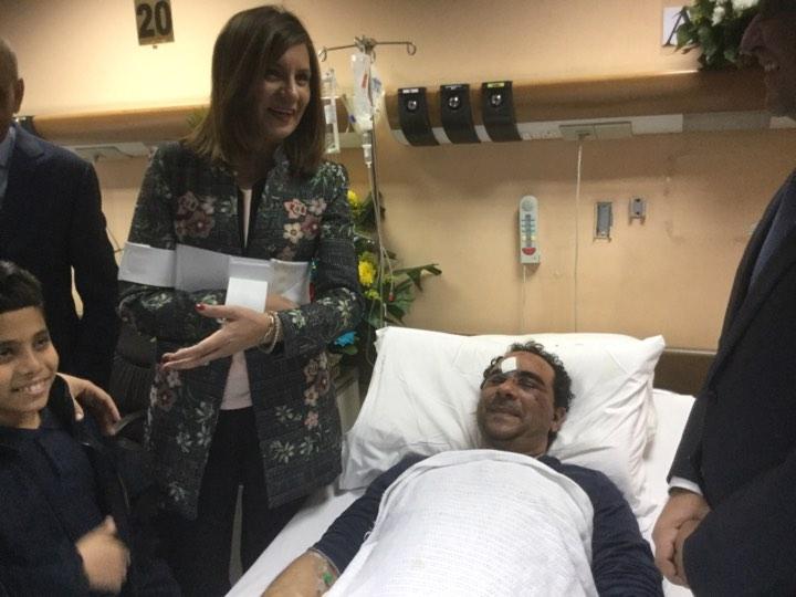 وزيرة الهجرة تزور المواطن المصاب بالكويت  (1)