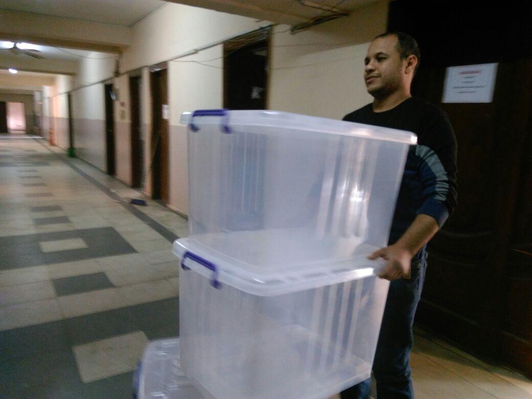 جامعة عين شمس تجهز الصناديق الشفافة