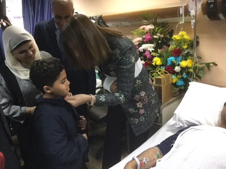 وزيرة الهجرة تزور المواطن المصاب بالكويت  (3)