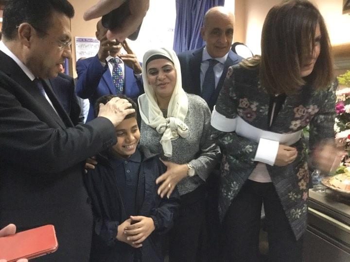 وزيرة الهجرة تزور المواطن المصاب بالكويت (2)