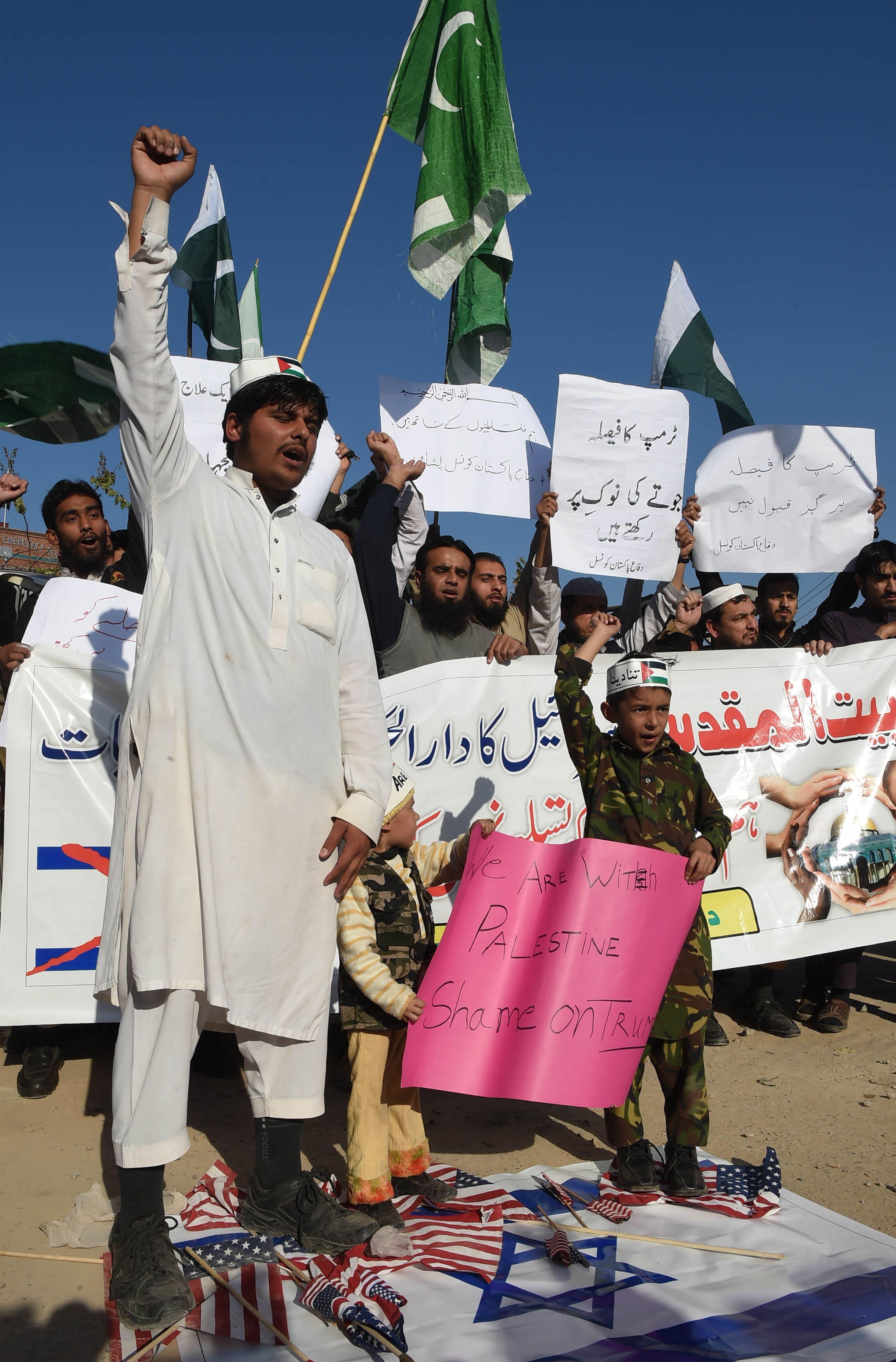 الباكستانيون يضعون العلم الامريكى تحت أقدامهم