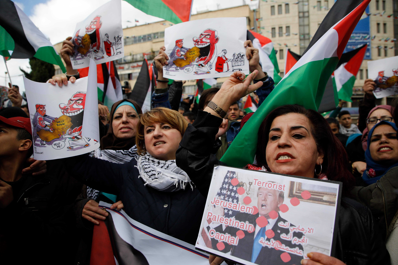 لافتات منددة بقرار ترامب فى فلسطين