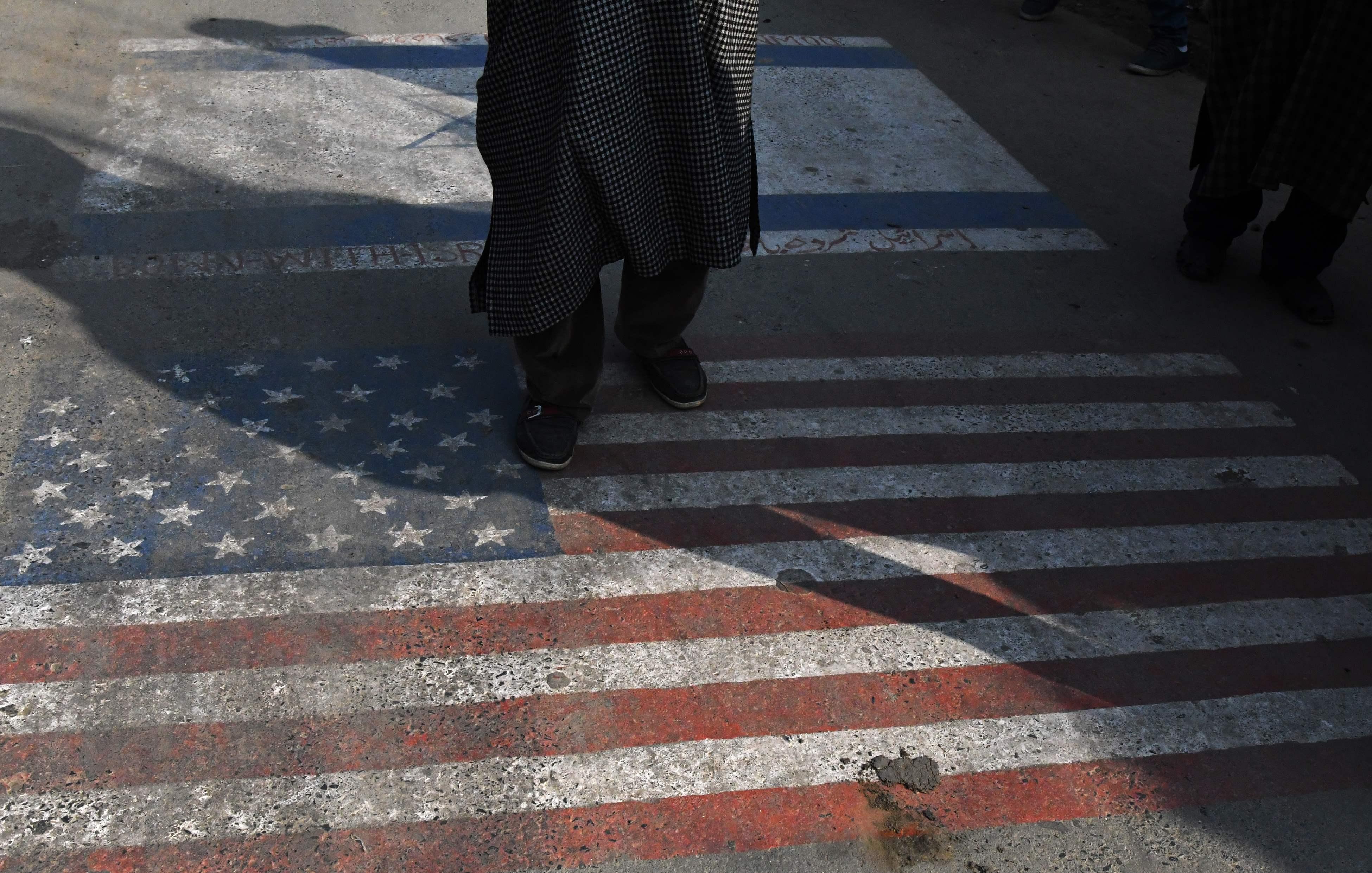دهس علم أمريكا بالأقدام فى الهند