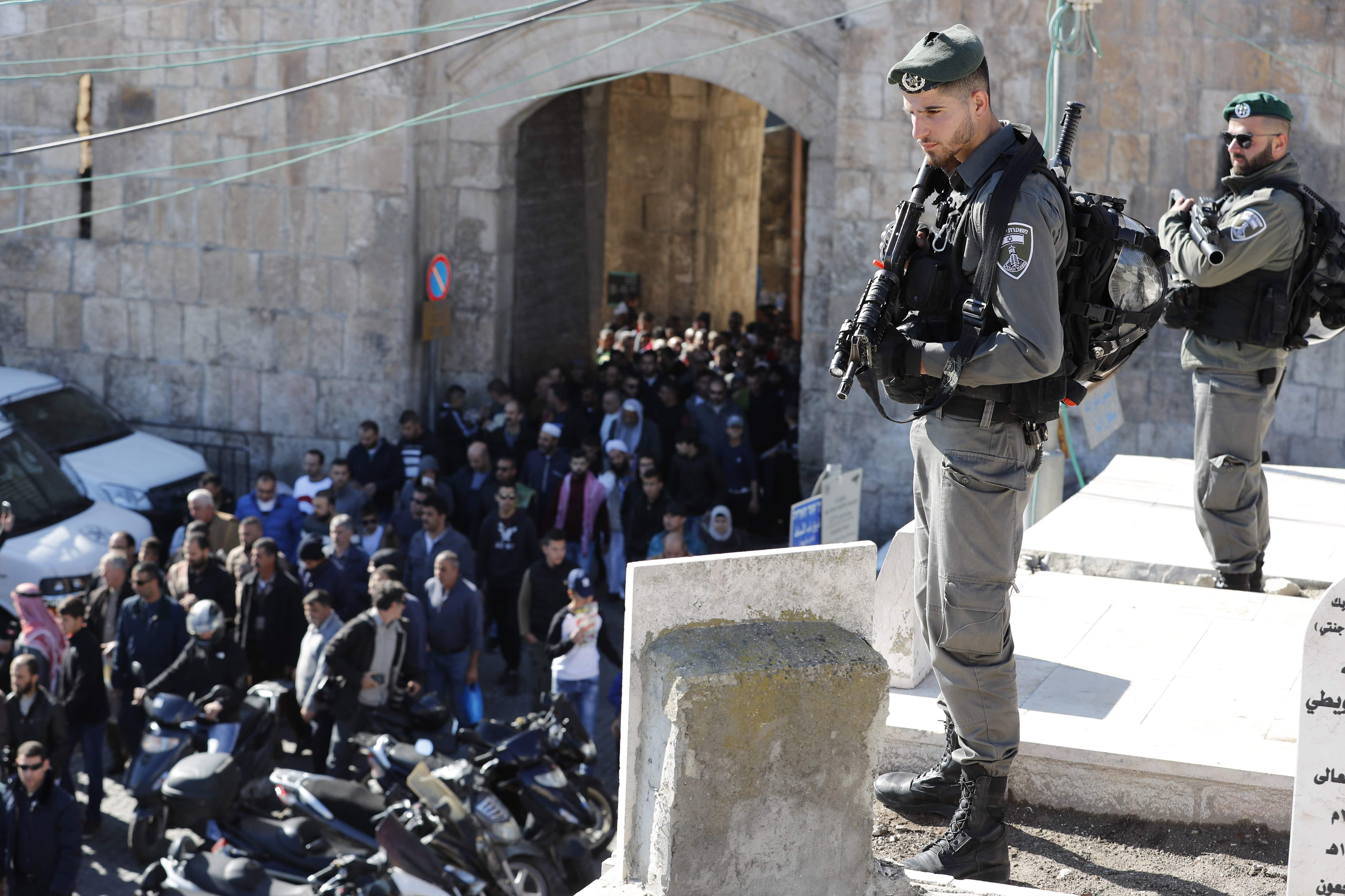 قوات الاحتلال تواجه المصليين