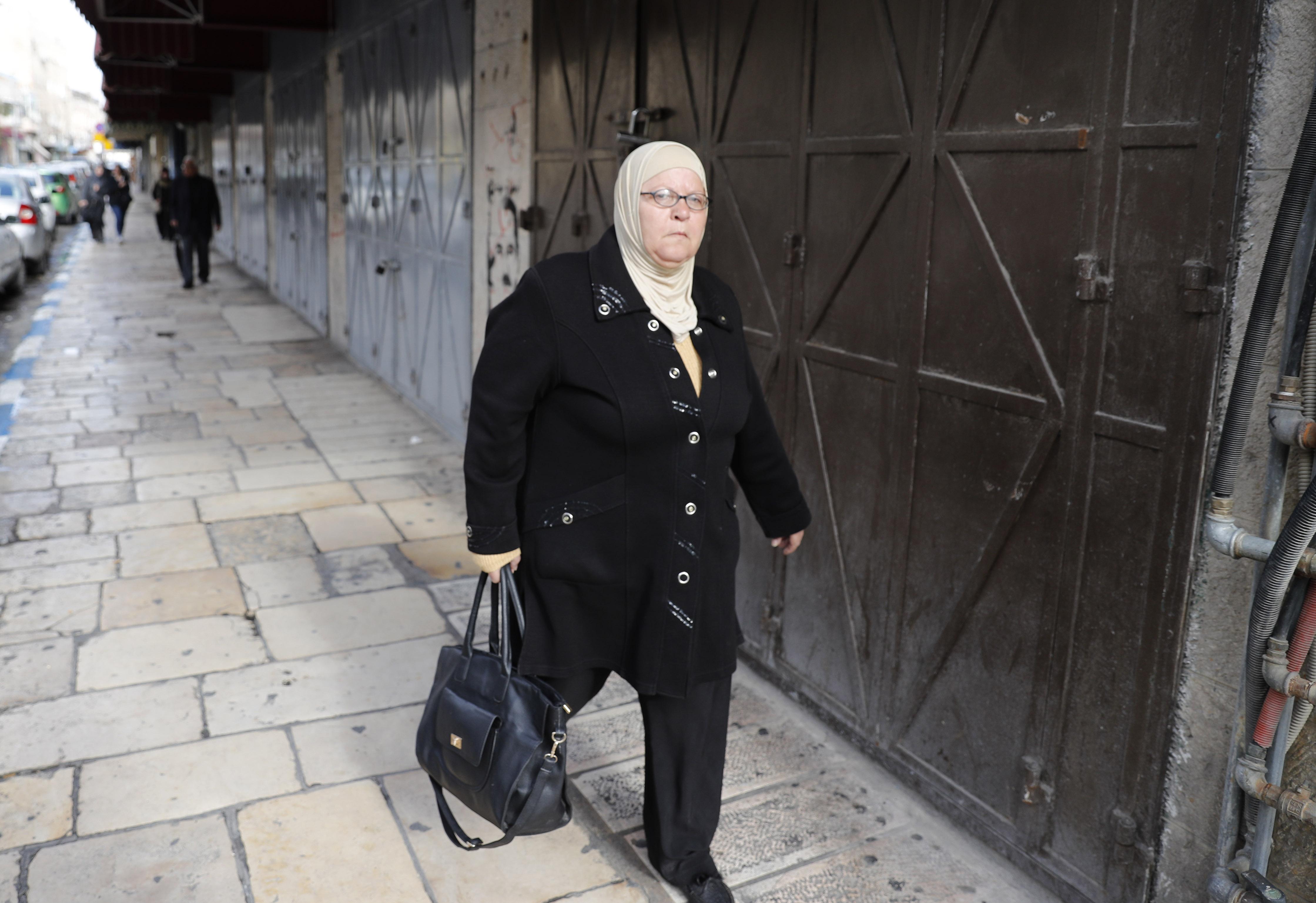 الفلسطينيون يستجيبون للاضراب العام ويغلقون محالهم
