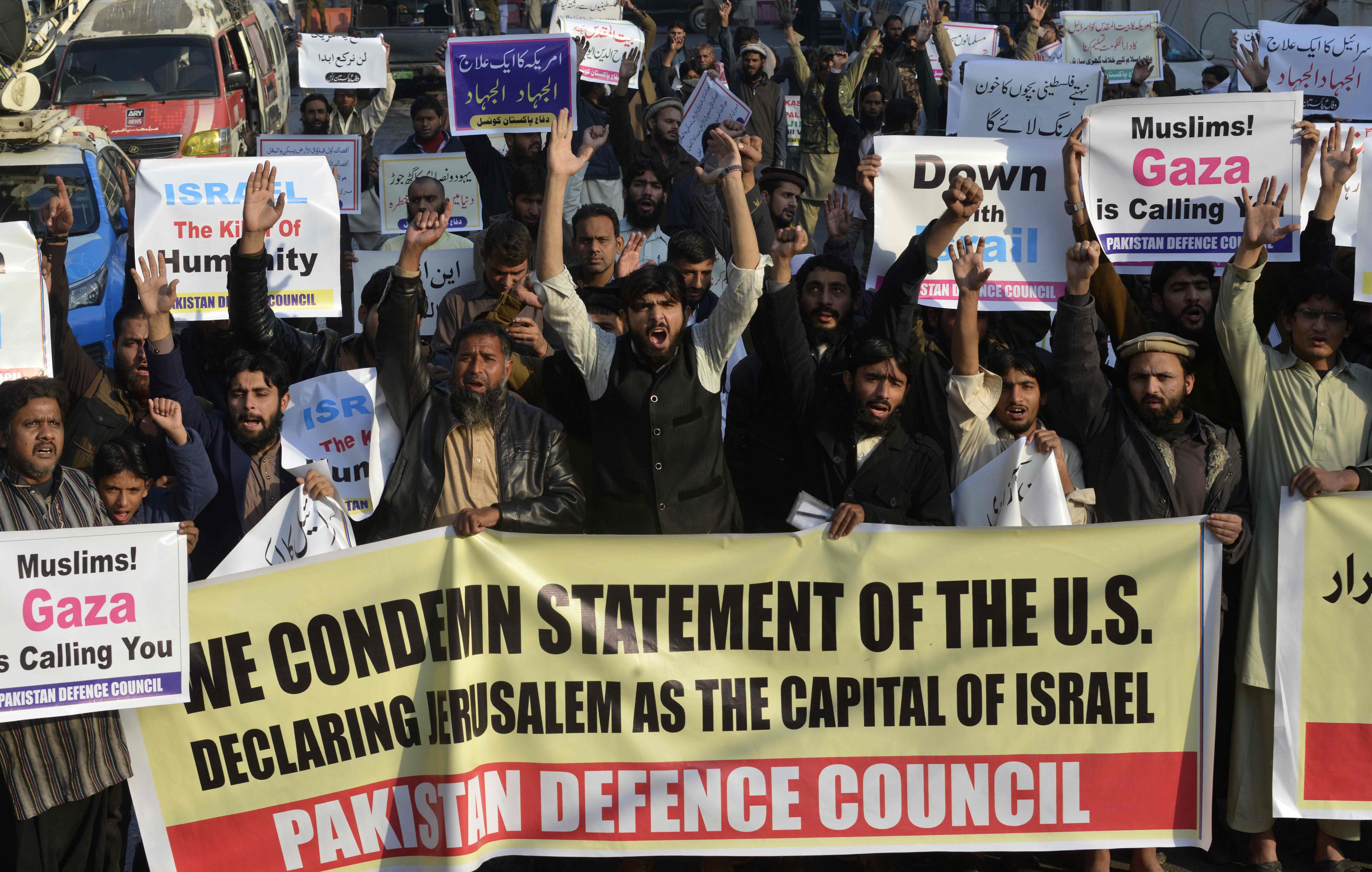 متظاهرون يرفعون لافتات تدعو إلى الجهاد