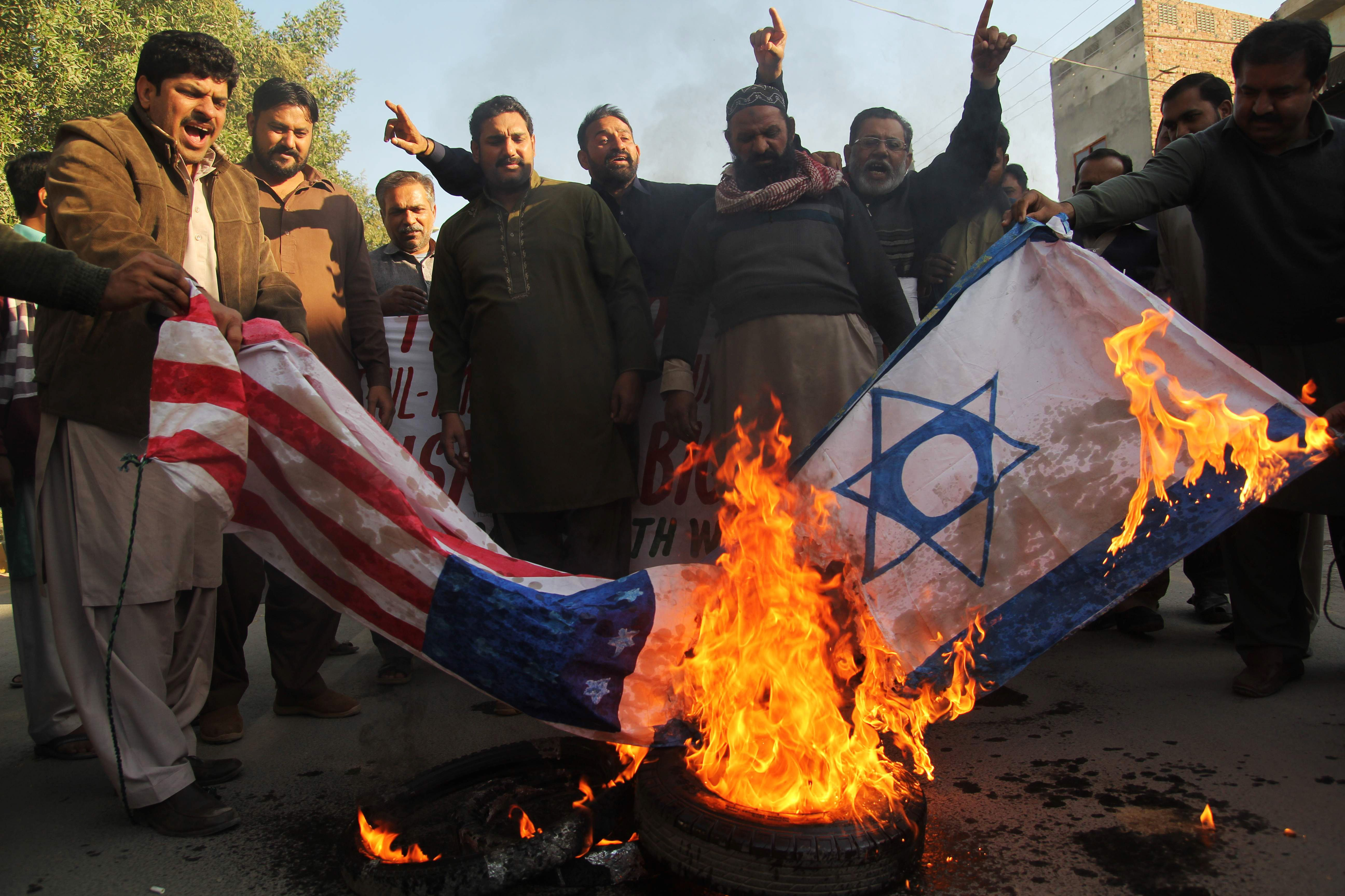 باكستانيون يحتجون ضد قرار ترامب