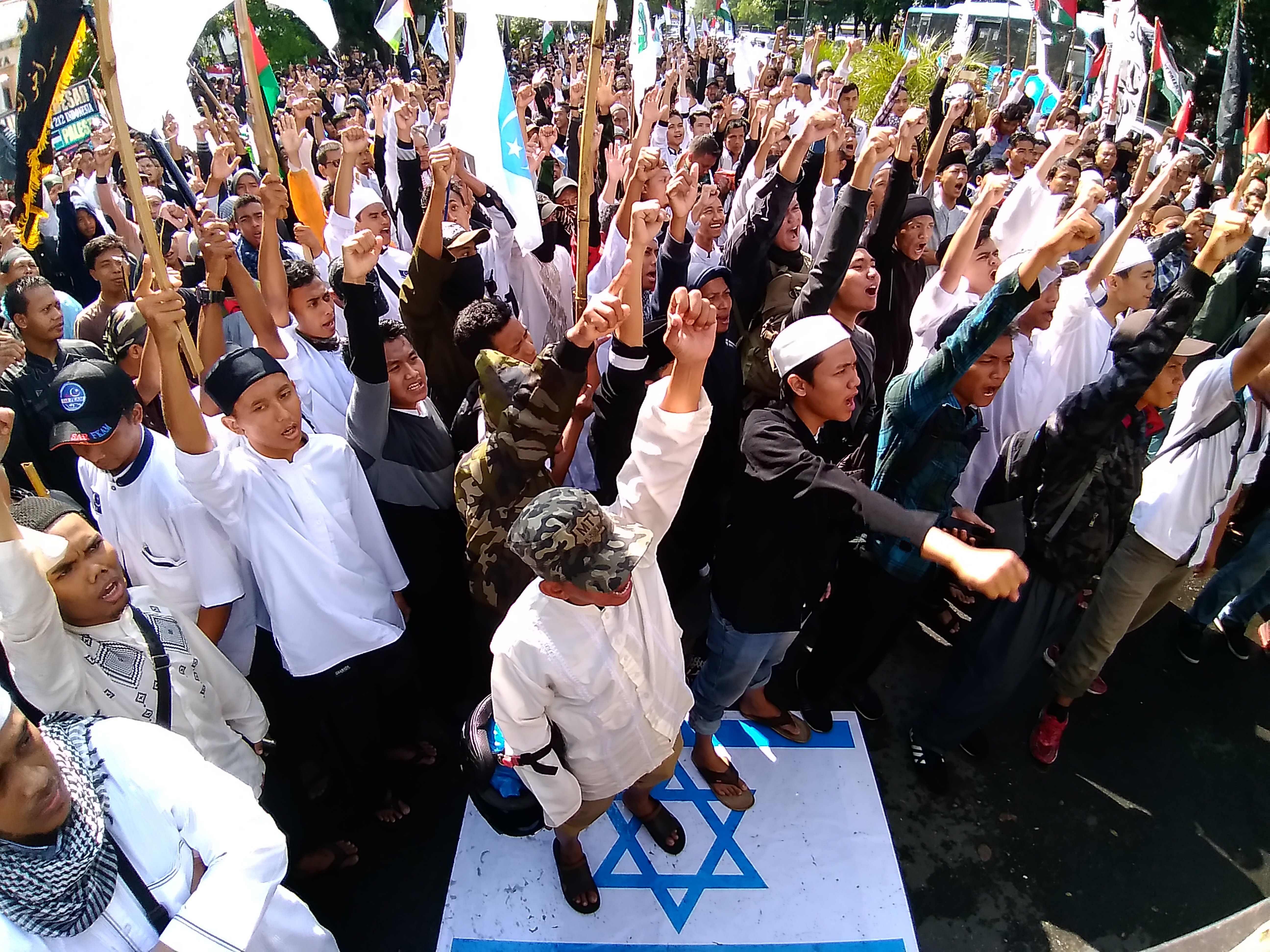 متظاهرون فى إندونيسيا
