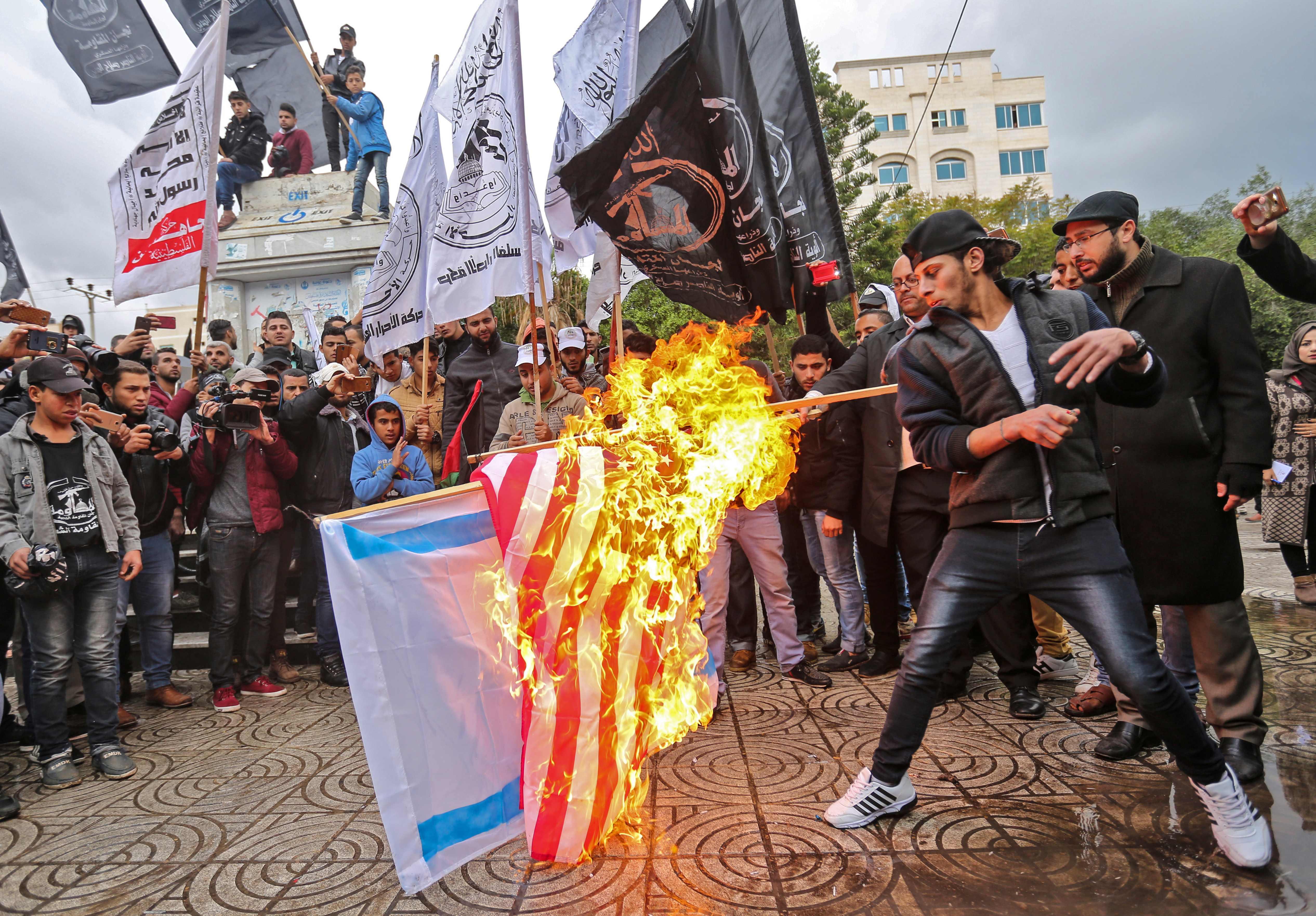الشباب الفلسطينى يشعل الأعلام الاسرائيلية والامريكية