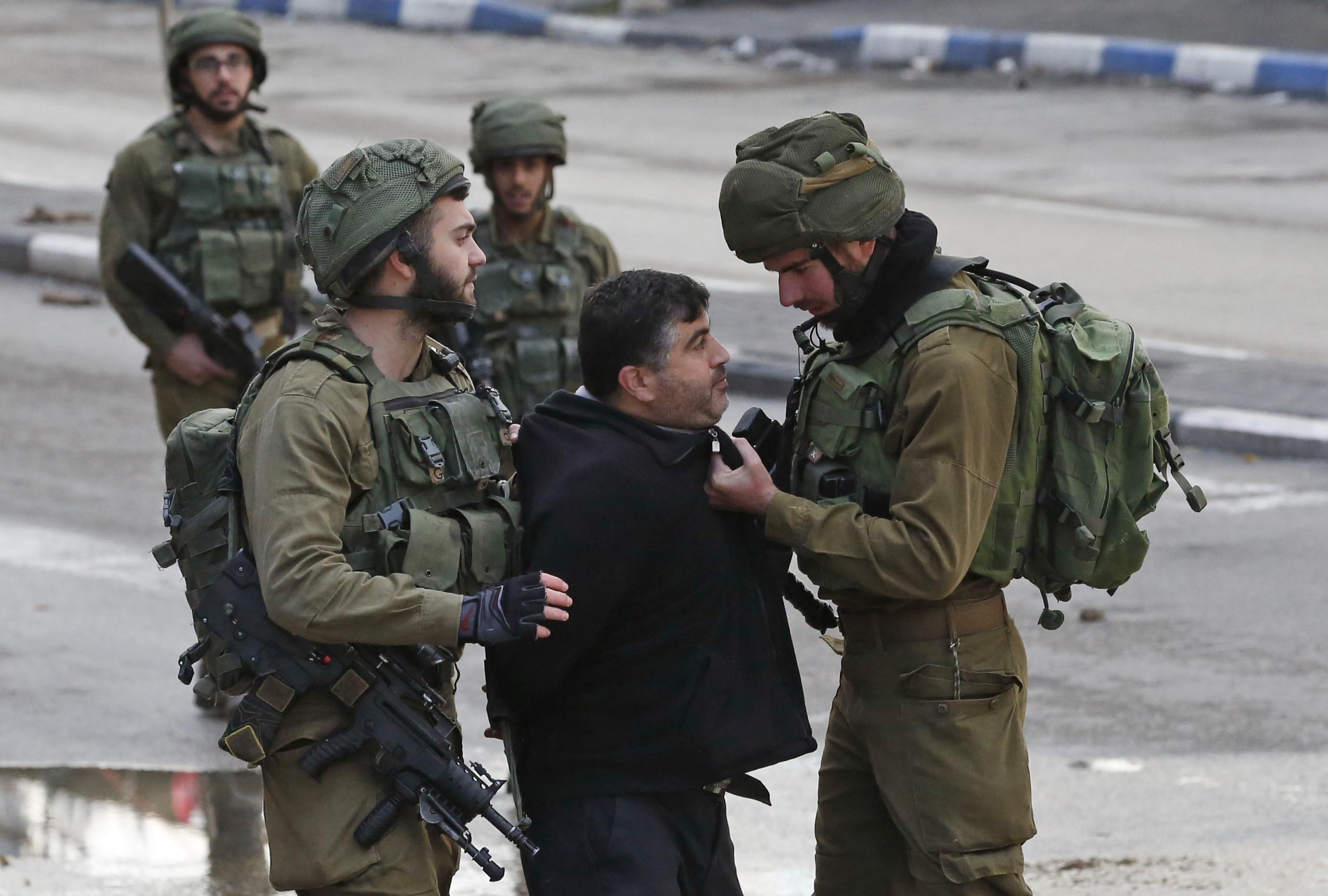عناصر الاحتلال تعتقل فلسطينى