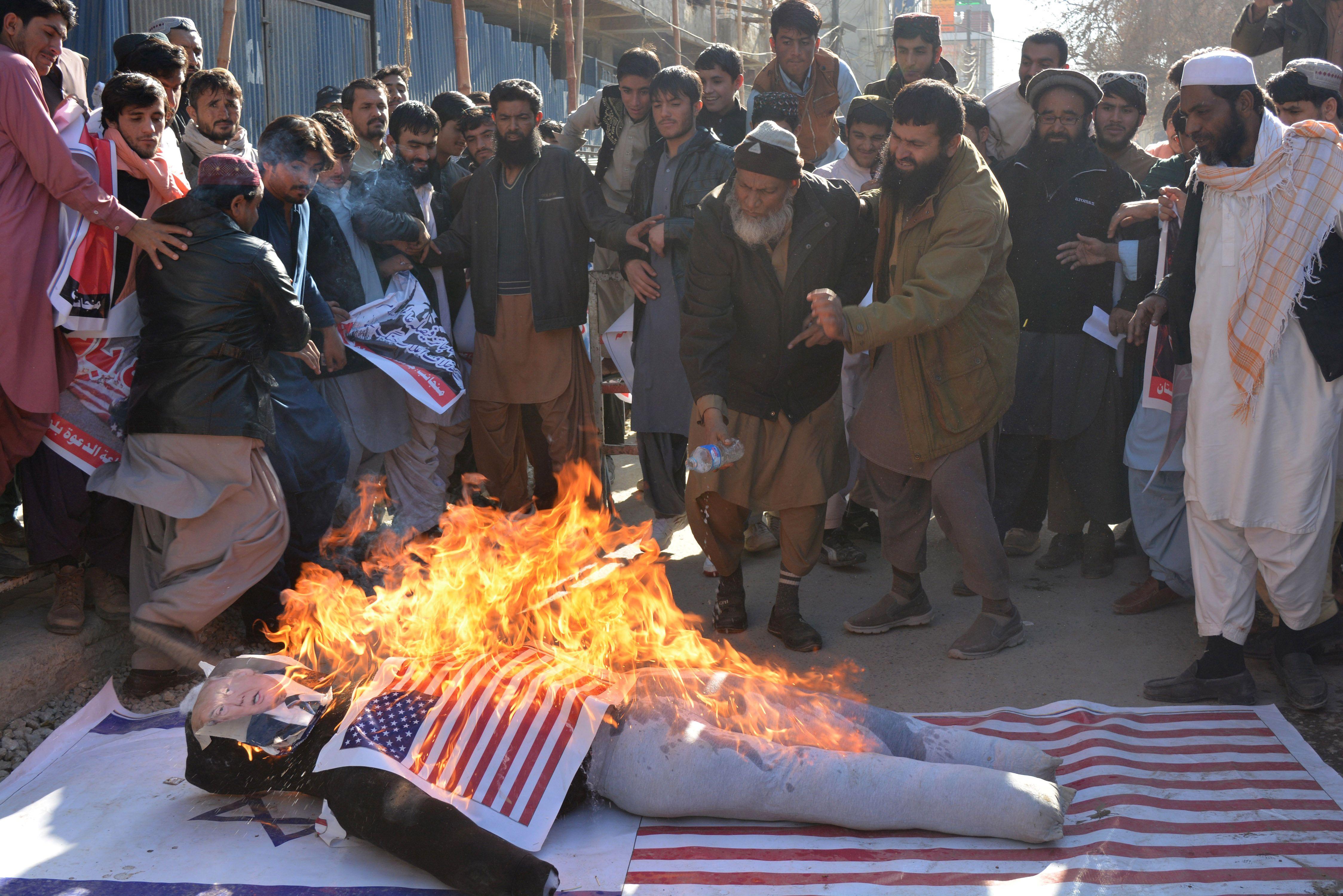 اشعال النار فى دمية عليها صورة ترامب