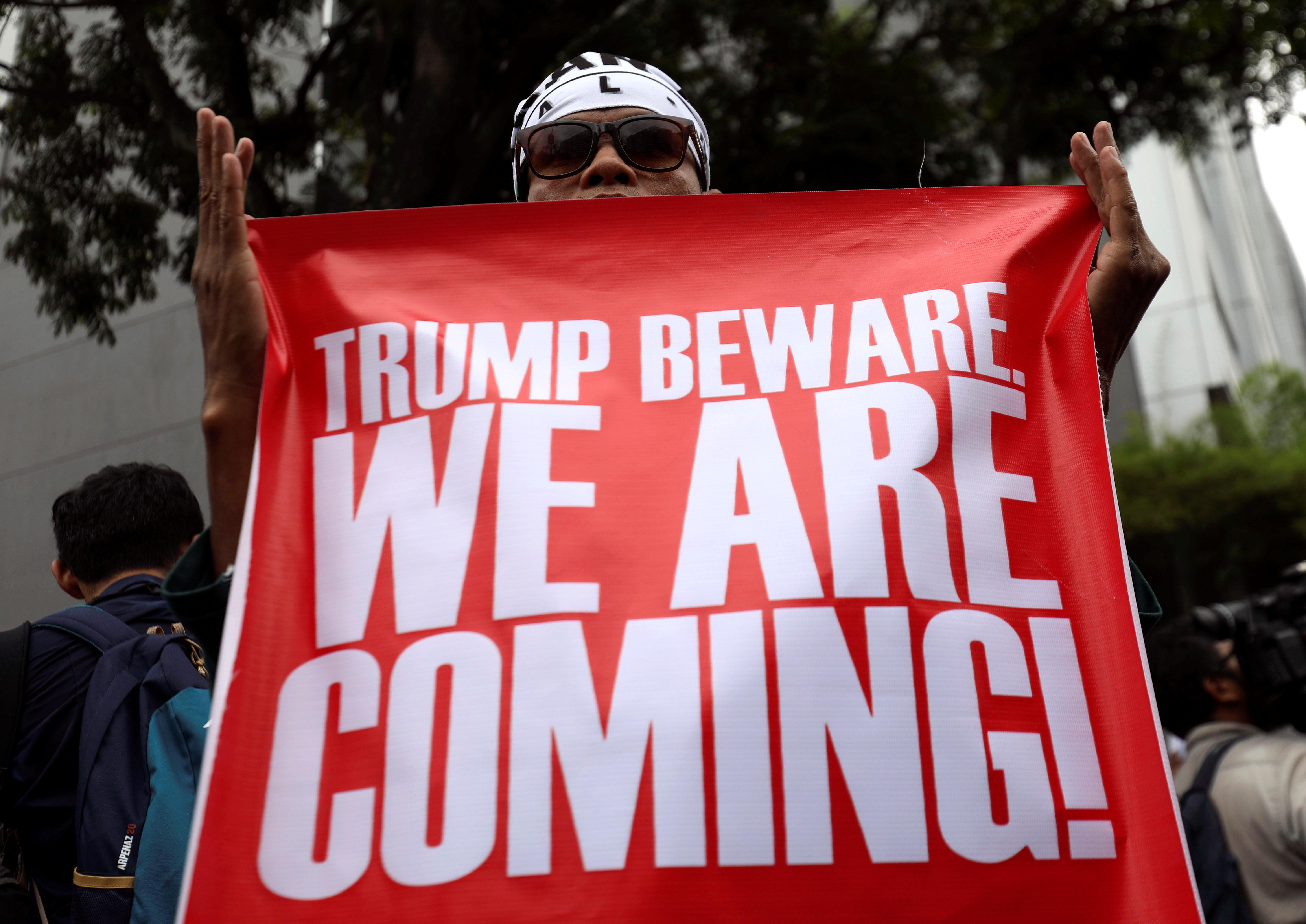 متظاهر يوجه رسالة لترامب نحن قادمون