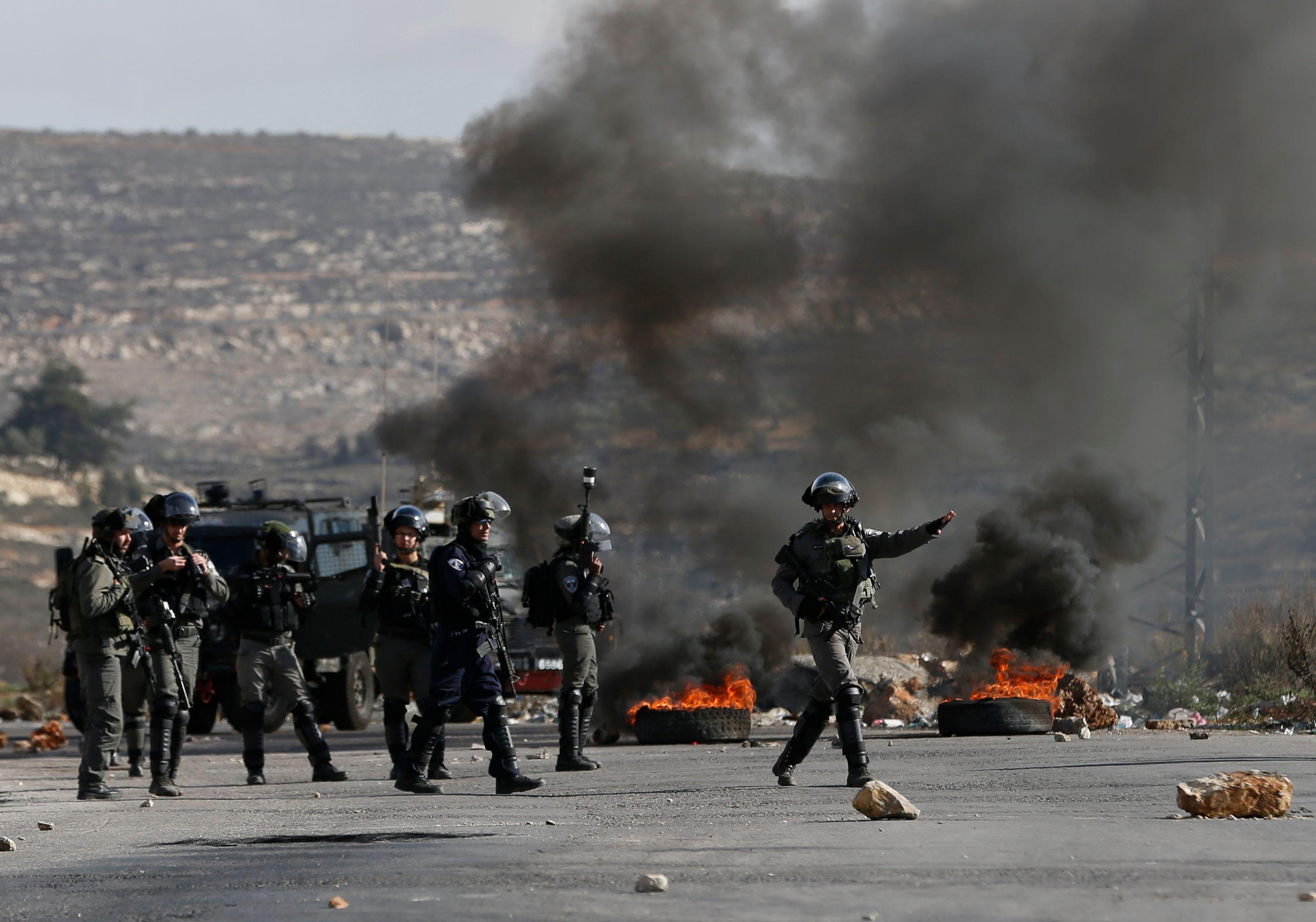 عنف جنود الاحتلال ضد الفلسطينيون العزل