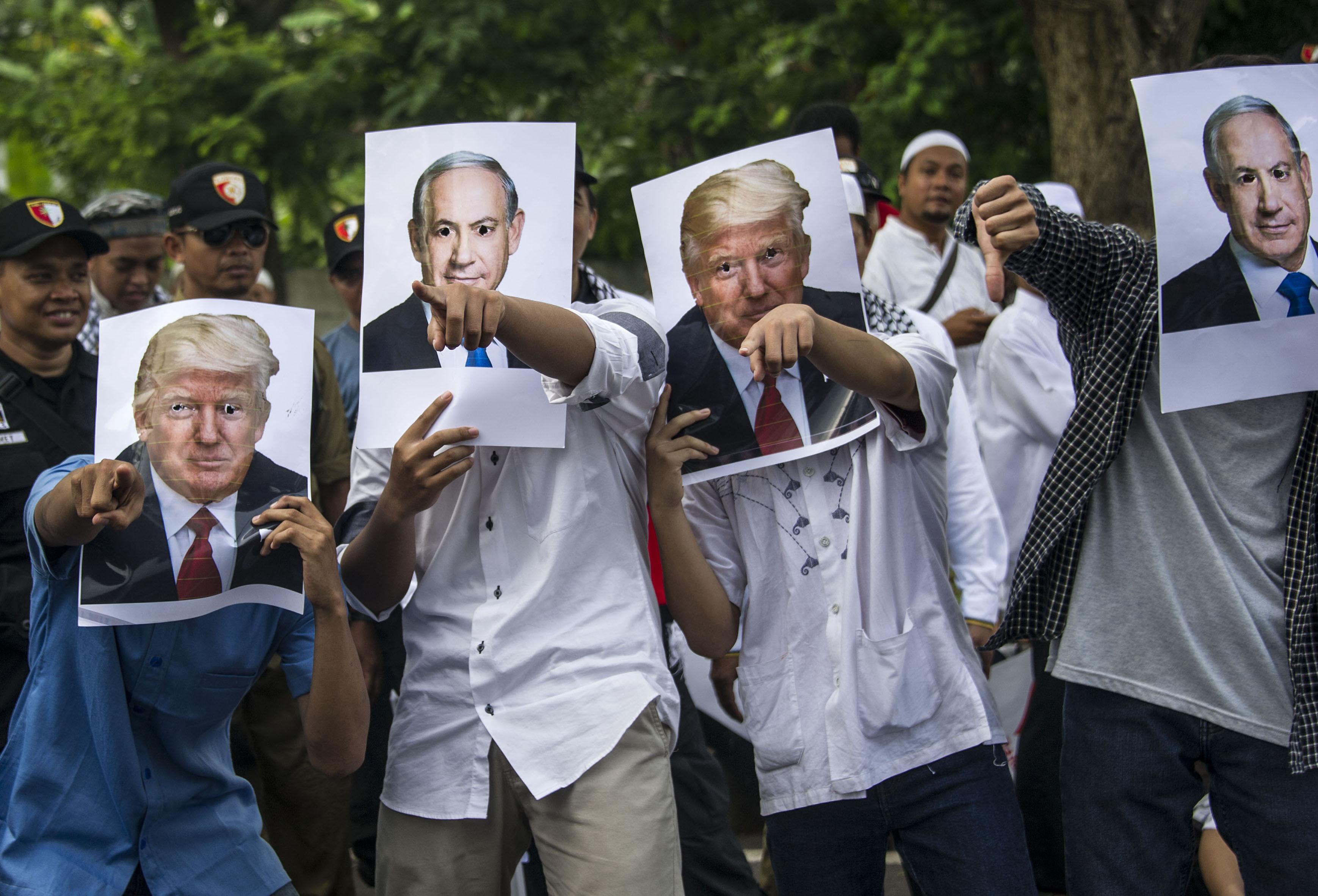 متظاهرون يرفعون صور ترامب ونتنياهو فى إندونيسيا