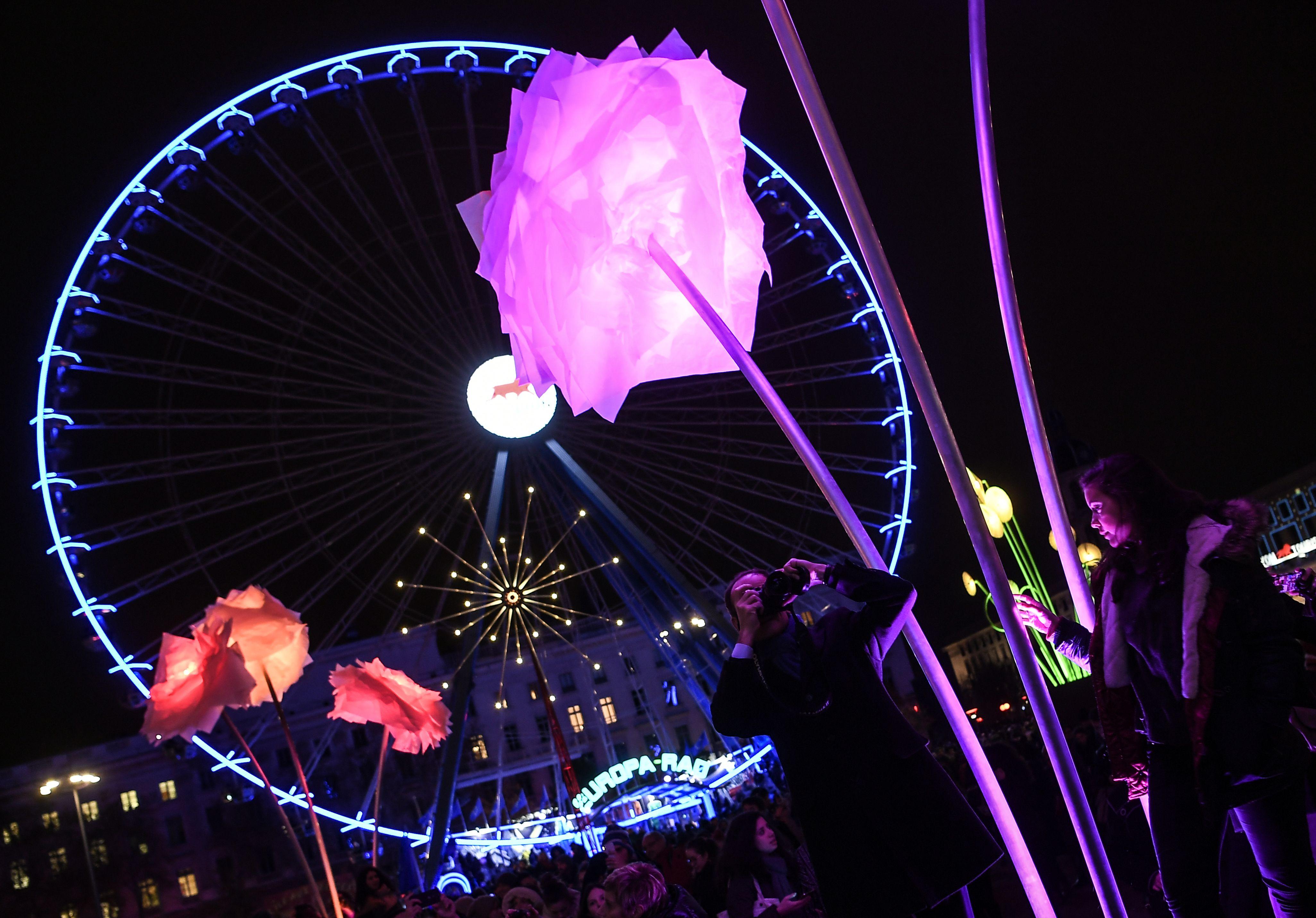 الألوان المبهرة فى مهرجان استثنائى بباريس