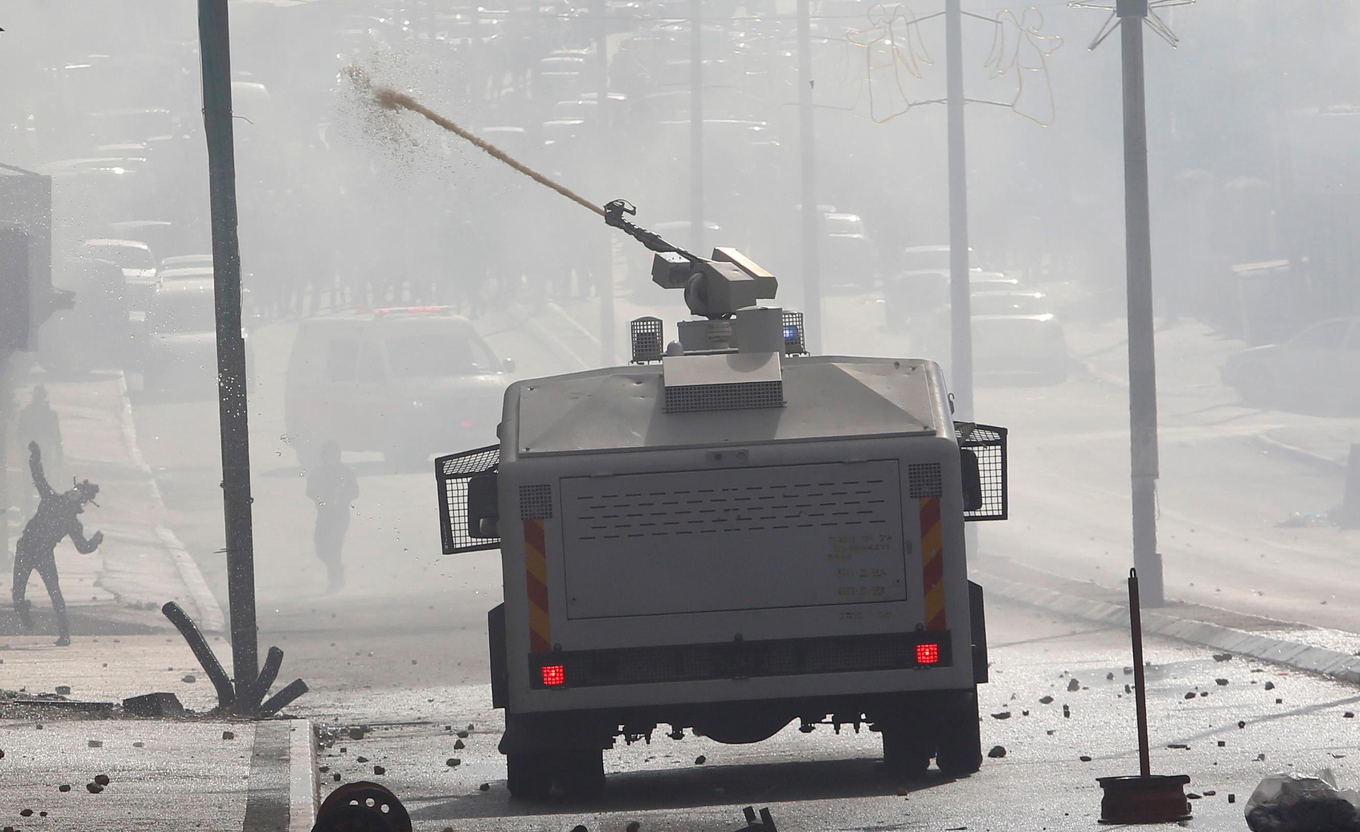 الاحتلال يستخدم سيارات ضخ المياه لتفريق المحتجين