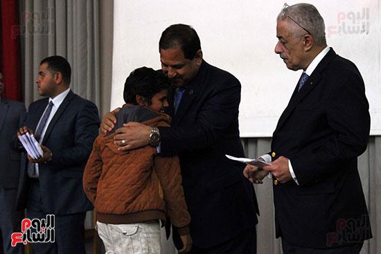صور تكريم أسر الشهداء والمصابين بحادث الروضة الإرهابي (45)