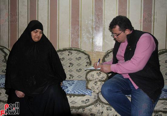 الزميل إيهاب المهندس مع والدة الشهيد