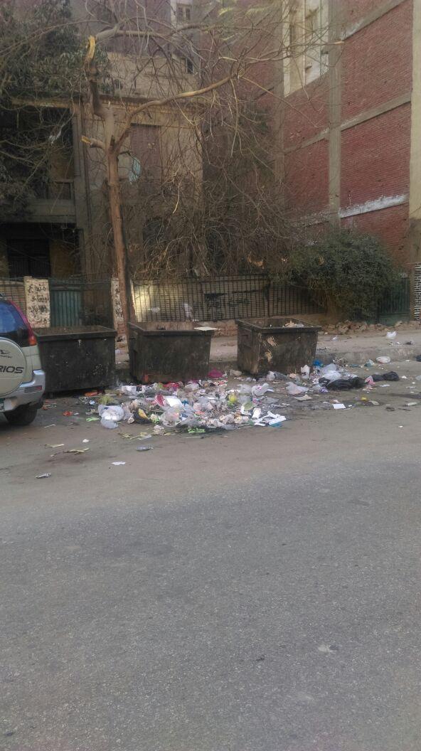 القمامة على الأرض والصناديق خاوية