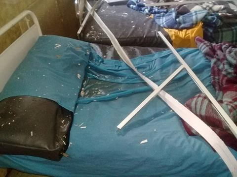اثار انهيار السقف على اسرة المرضى