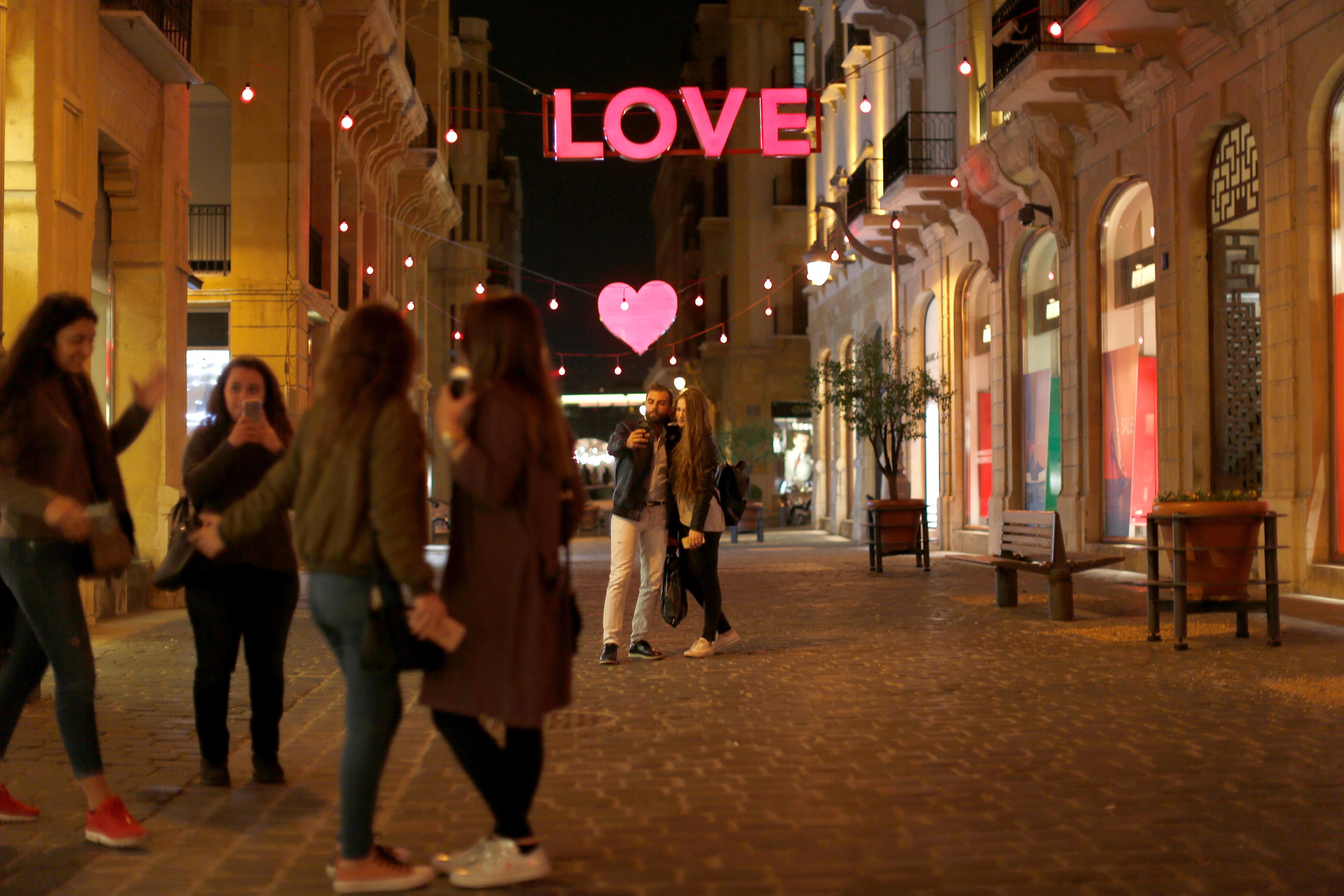 فتيات يلتقطن صور سيلفى احتفالًا بعيد الحب فى لبنان