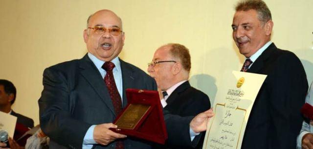 علاء زينهم يتسلم الجائزة