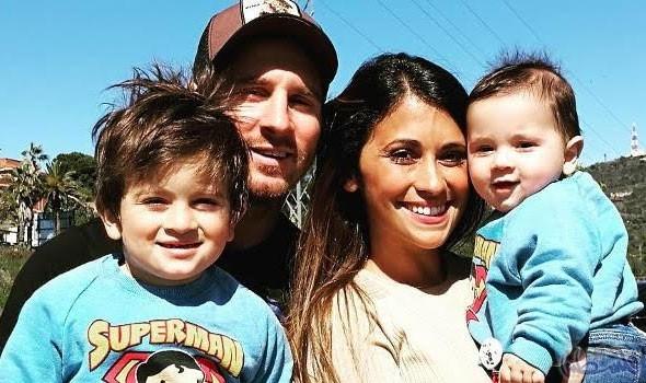 ميسي وصديقته مع ولديهما