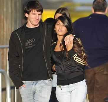 ميسي يرتبط بصديقته أنطونيلا منذ سنوات طويلة