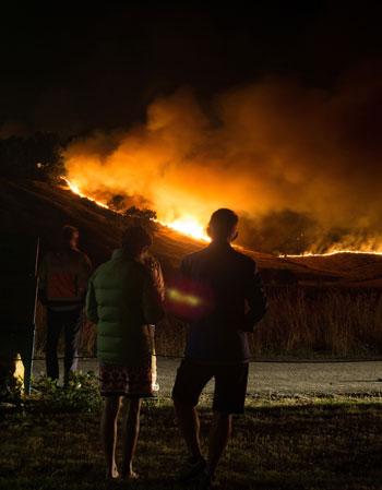 سكان يشاهدون النيران