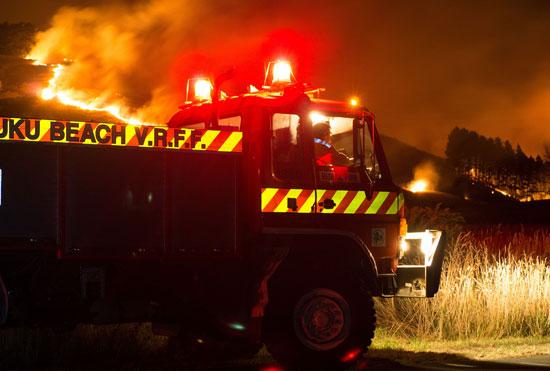 سيارة مطافى تشارك فى جهود السيطرة على حرائق الغابات