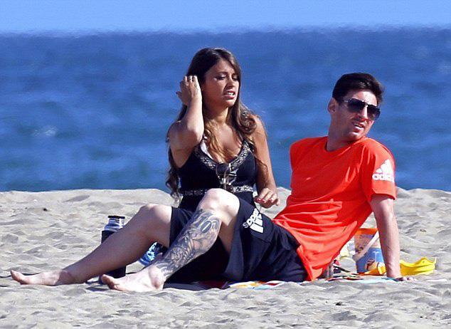 ميسي وصديقته على شاطئ البحر