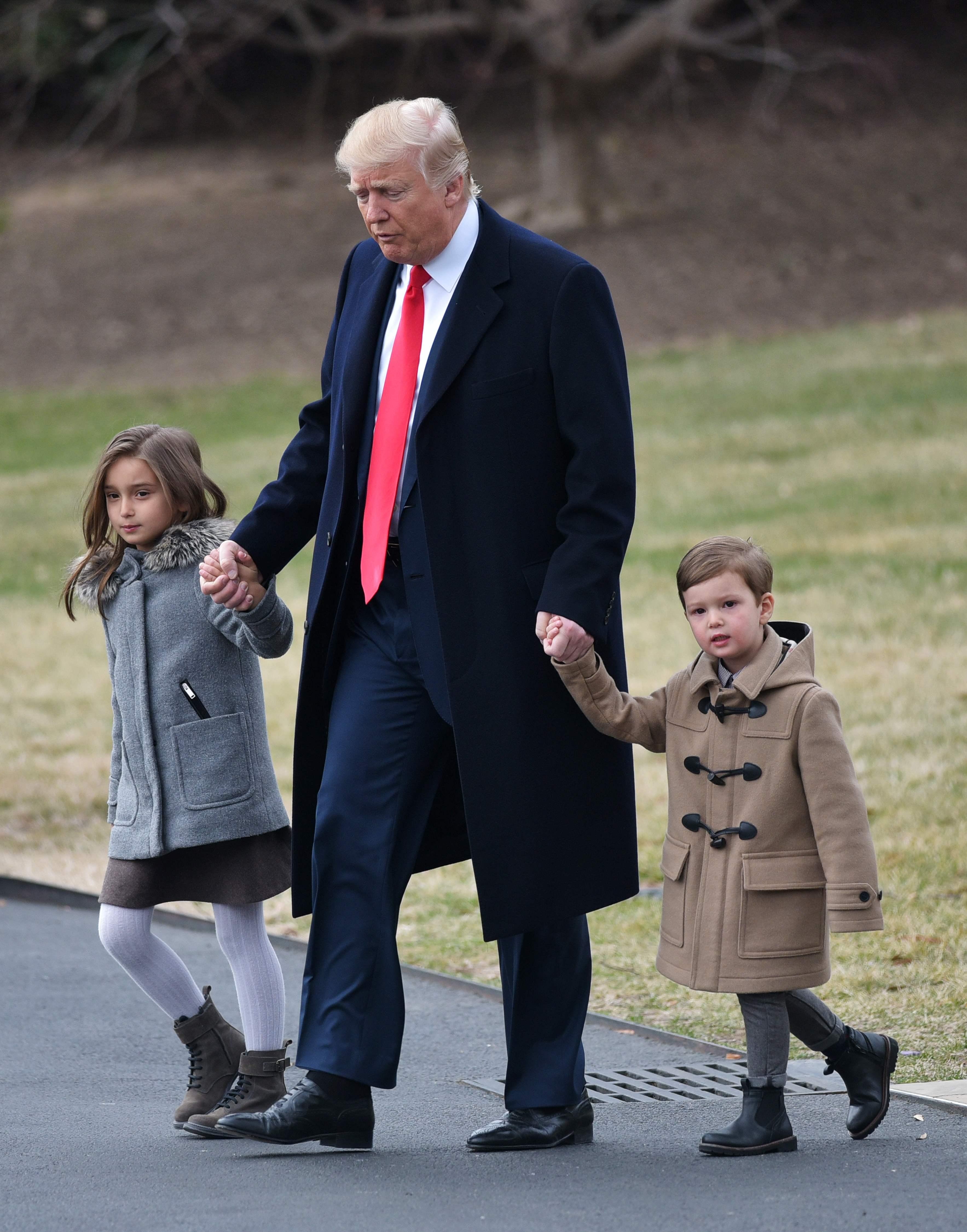 ترامب يصطحب أحفاده فى ساحات البيت الأبيض