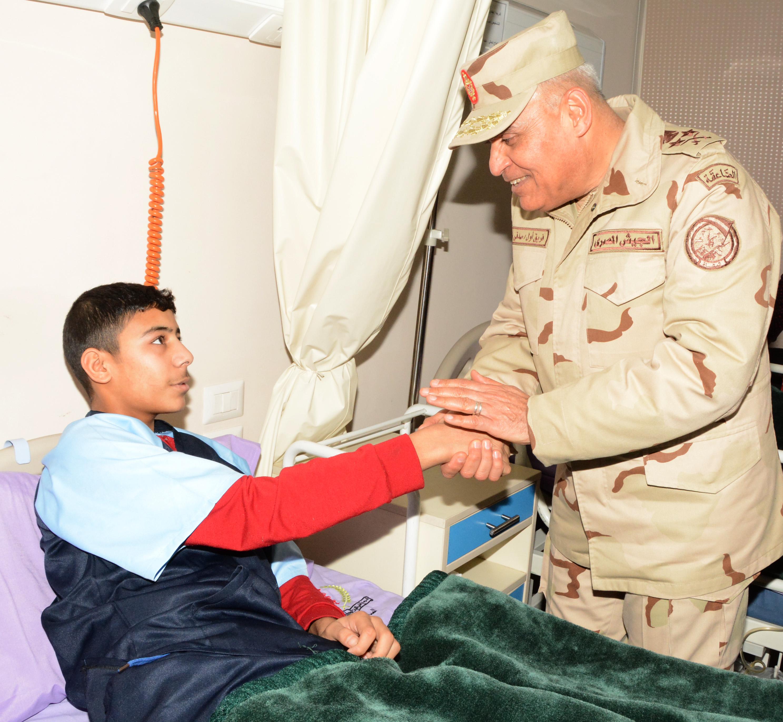 الفريق اول صدقي صبحي يزور مصابى العمليات الإرهابية في مستشفي المعادي