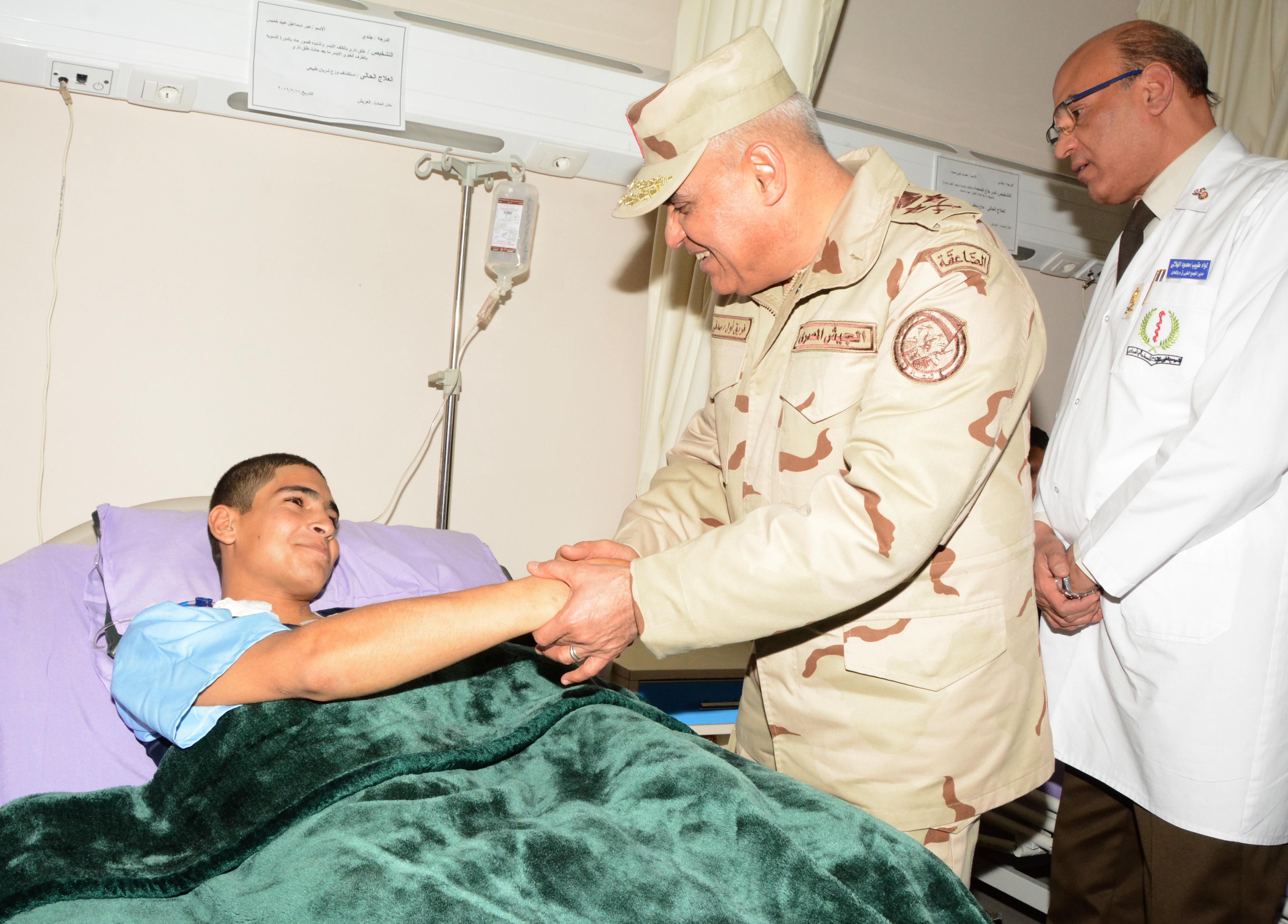 وزير الدفاع يزور مصابى العمليات الإرهابية في مستشفي المعادى