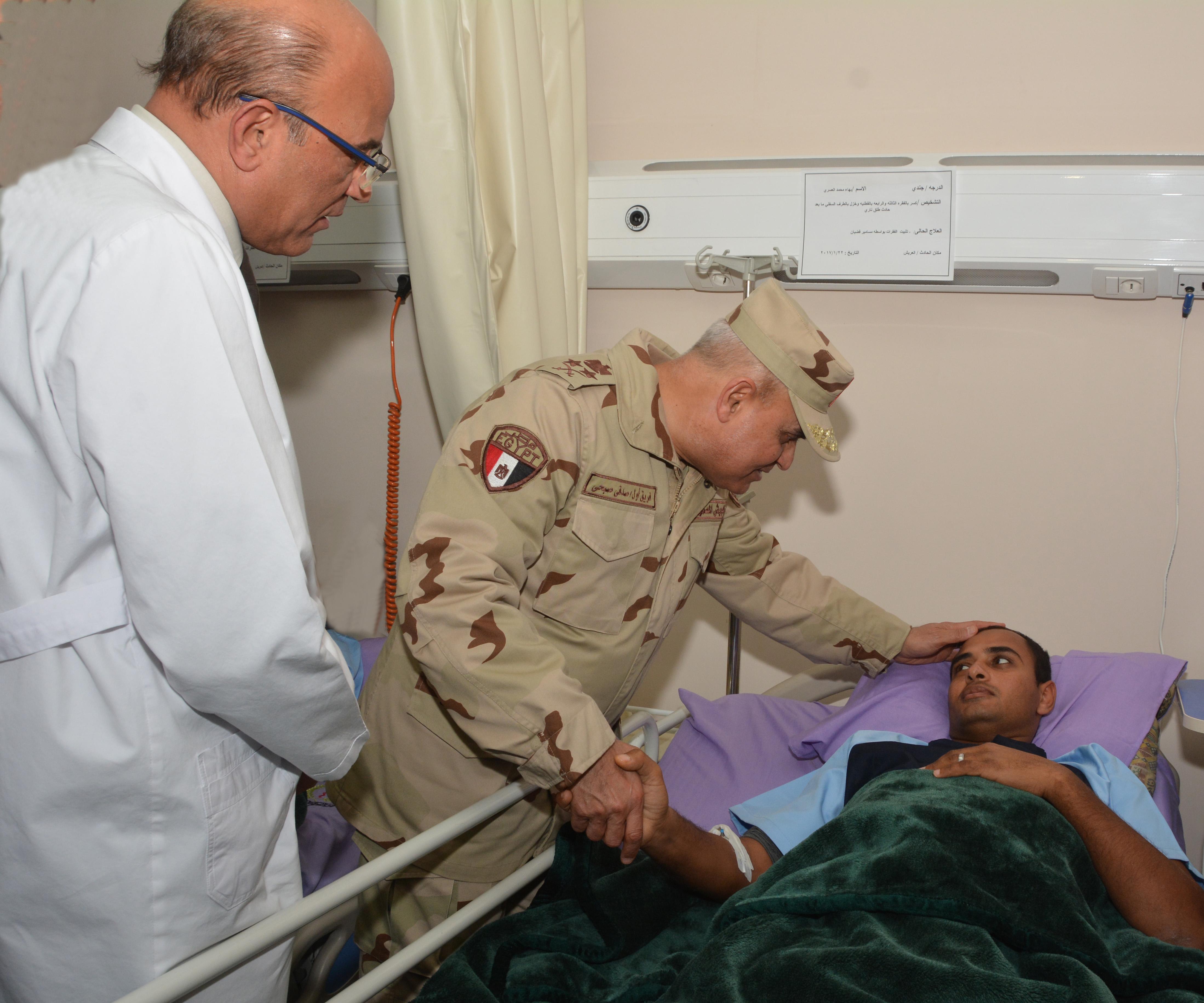 الفريق اول صدقي صبحي يطمئن علي صحة مصابي العمليات الإرهابية