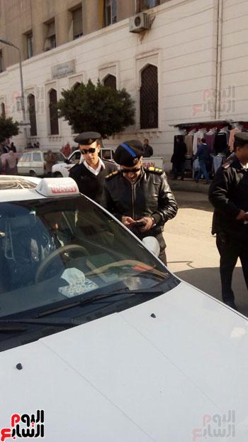 توقف سيارة لفحص رخصها بجوار ضريح سعد زغلول