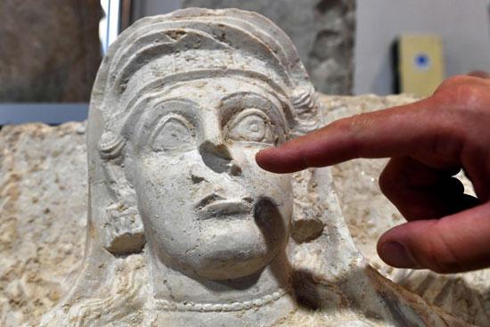كسر-فى-وجه-التمثال
