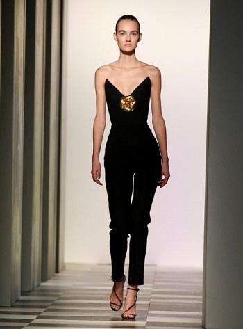 قطعة أزياء من مجموعة أوسكار دى لارينتا